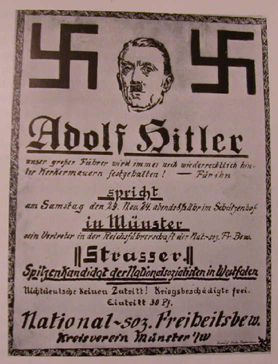 Еще один постер 1924 года. Надпись гласит, что Гитлер, великий лидер партии, все еще незаконно удерживается за решеткой. По поручению фюрера выступать перед публикой в Мюнстере будет Штрассер. Из текста не совсем ясно о каком Штрассере идет речь - братья Штрассеры, Отто и Грегор возглавляли крайне левое крыло НСДАП. Отто из-за разногласий с Гитлером был исключен из партии вместе со своими сторонниками, в 1933 году бежал в Австрию, затем в Чехословакию, во время войны перебрался в Канаду, умер в 1974 году в Мюнхене. А его брат Грегор погиб во время Ночи длинных ножей 30 июня 1934 года