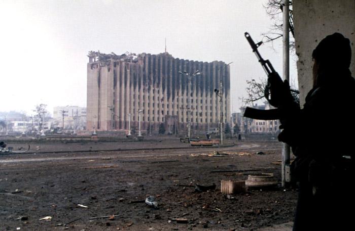 Так эта достопримечательность с купюры, приведенной выше, выглядела в январе 1995 года. 15 февраля 1996 года руины дворца снесли при помощи взрыва. Сейчас на этом месте находится памятник сотрудникам милиции, погибшим во время второй чеченской войны.