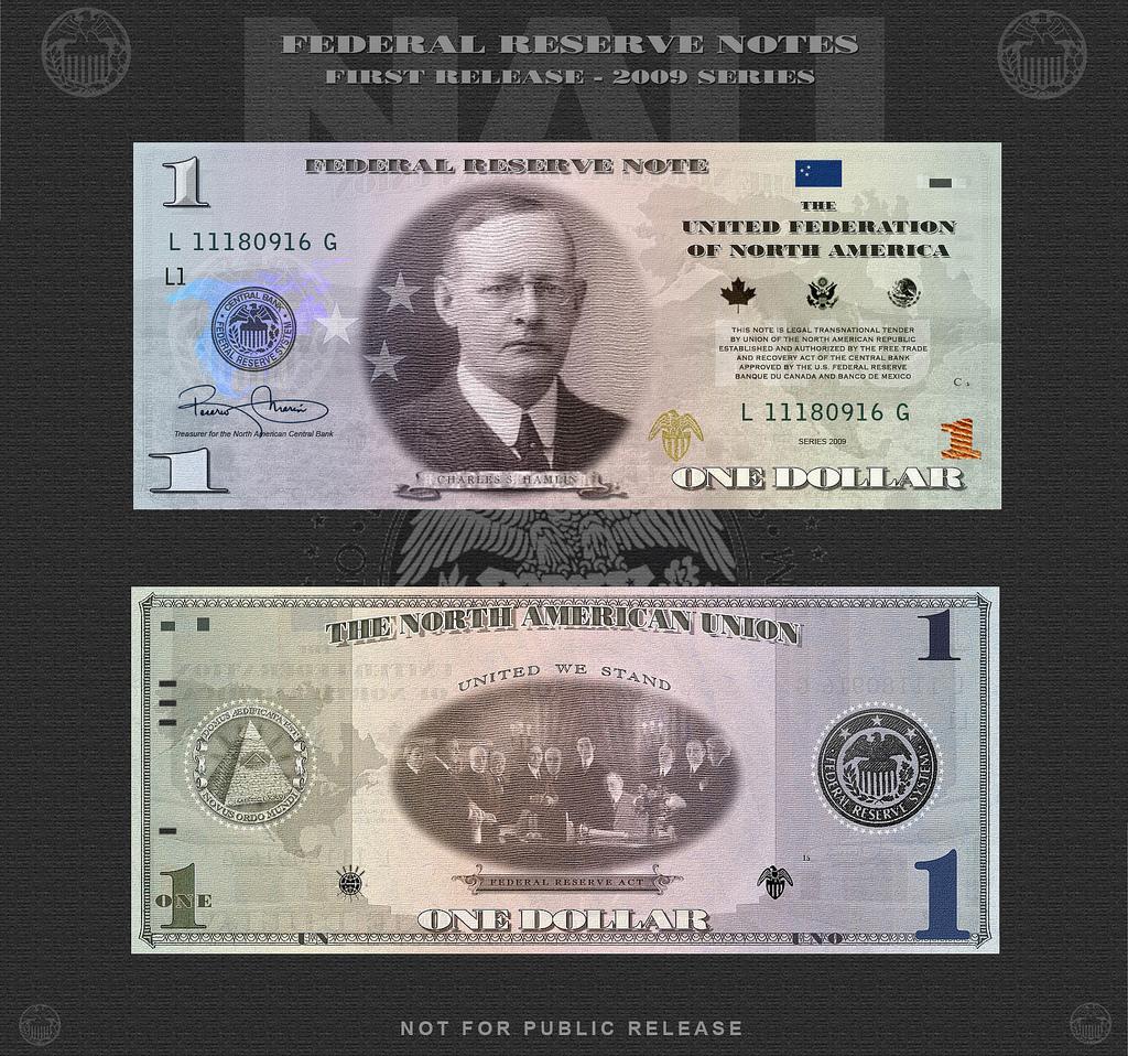 На лицевой стороне - Чарльз Хэмлин (1861-1938) - первый председатель Федеральной Резервной системы. Занимал этот пост недолго - с 1914 по 1916 год. Ничем себя на этом посту не прославил. Но это неважно - ведь первым главой ФРС был именно он.  На оборотной - подписание Закона о Федеральной Резервной Системе.