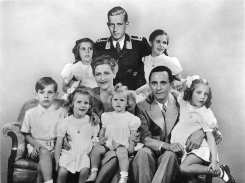 Йозеф и Магда Геббельсы со своими детьми