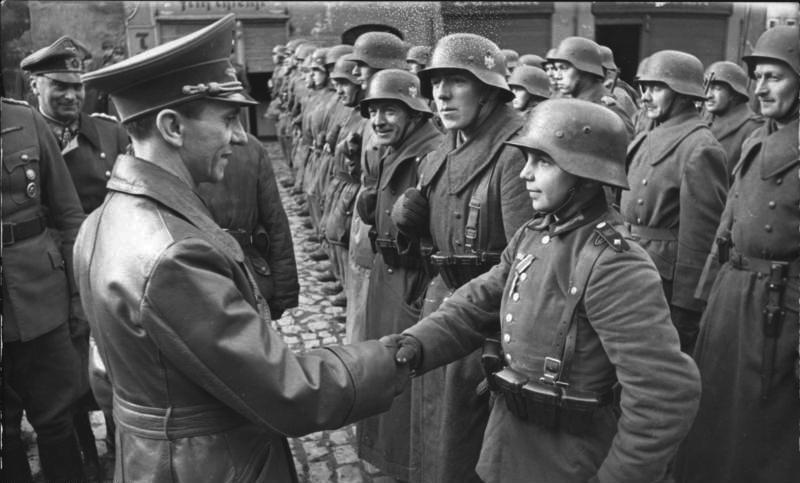 Одна из последних фотографий Геббельса. 9 марта 1945 года