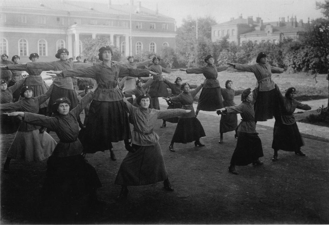 Женщины-милиционеры выполняют гимнастические упражнения