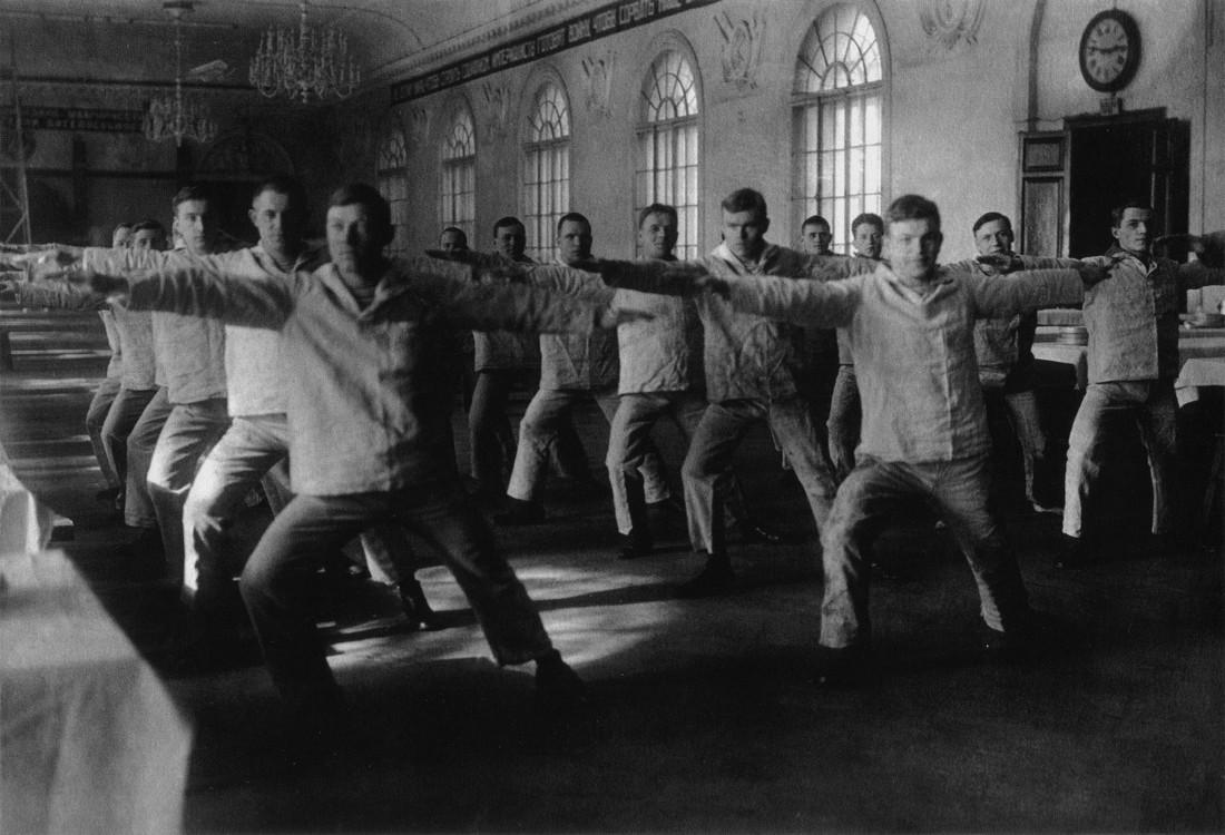 Ленинград, тридцатые. На занятиях по физподготовке в Высшем Военно-Морском училище им. Фрунзе.