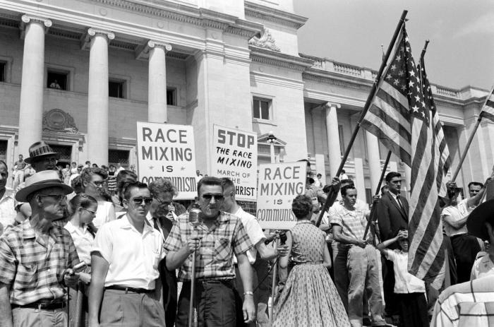 Митинг жителей Литл-Рока, штат Арканзас с лозунгами Остановить смешивание белой и черной рас и Расовое смешивание - это есть коммунизм (1959 год)