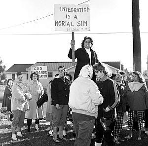 Ноябрь, 1960 г., Новый Орлеан. Интеграция - смертный грех (демонстрация против совместного обучения в школе)