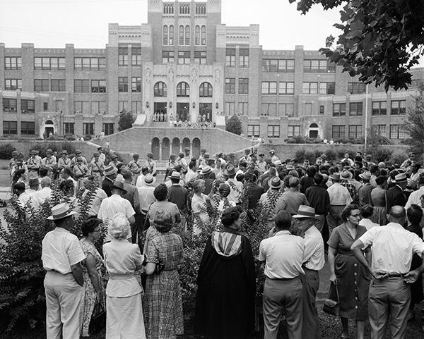 Негры пустили школьницу на толпу 2 фотография