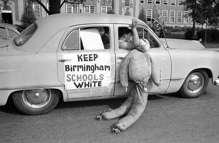 Группа американских белых активистов в автомобиле с чучелом негра и надписью Сохраним школы Бирмингема за белыми гражданами (1963 год)